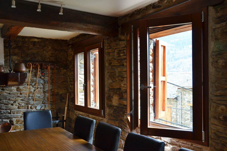 Ventana mixta de madera y aluminio en queralbs carret finestres - Casa rural queralbs ...