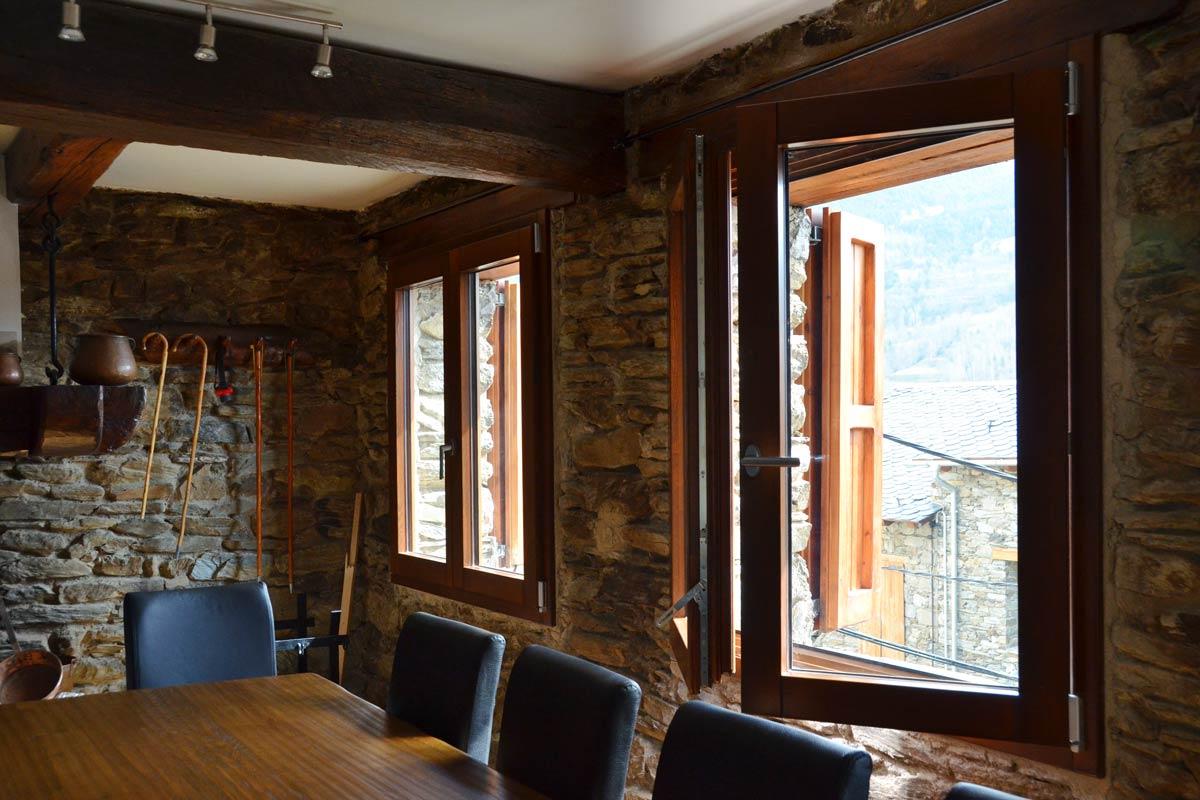 ventana mixta de madera y aluminio y carpintería con aislamiento térmico fabricadas por Carreté Finestres en Queralbs Cataluña- Ripollès