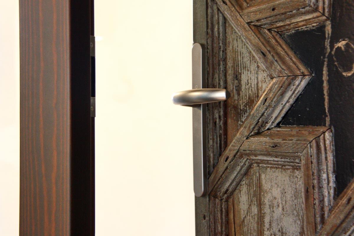 porta de fusta reutilitzada Club Hipic Julivert Riudoms per la fàbrica de finestres i tancaments Carreté Finestres la Selva del Camp-tancaments vintage