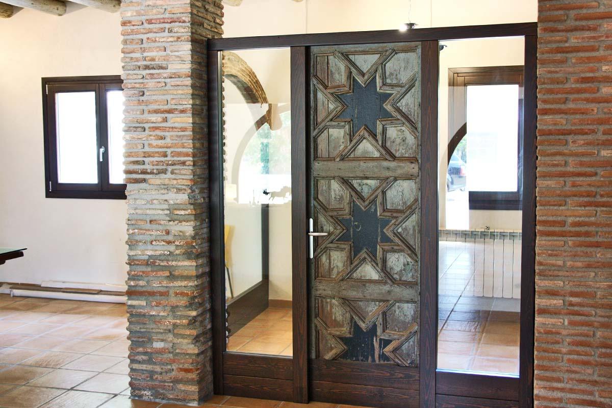 puerta de madera reutilizada Club Hipic Julivert Riudoms por la fábrica de ventanas y cerramientos Carreté Finestres la Selva del Camp