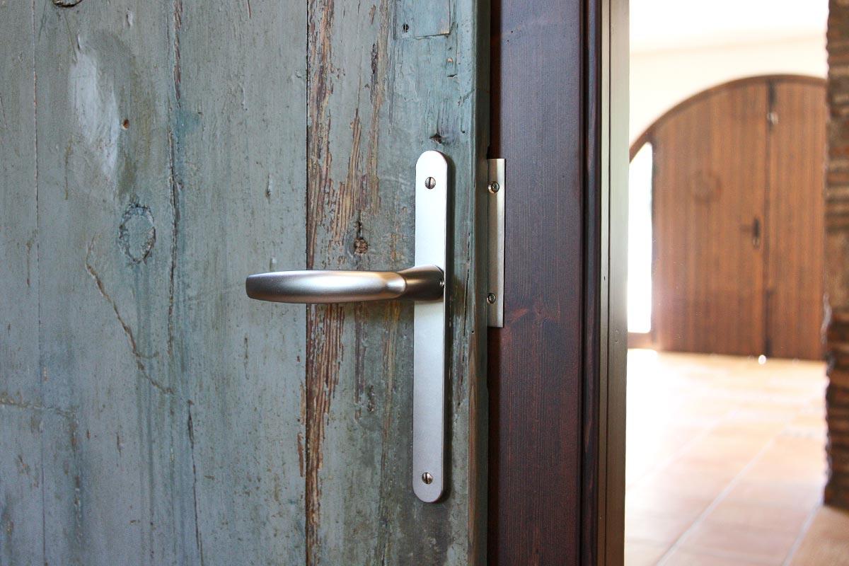 puerta de madera reutilizada Club Hipic Julivert Riudoms por la fábrica de ventanas y cerramientos Carreté Finestres la Selva del Camp-madera recuperada