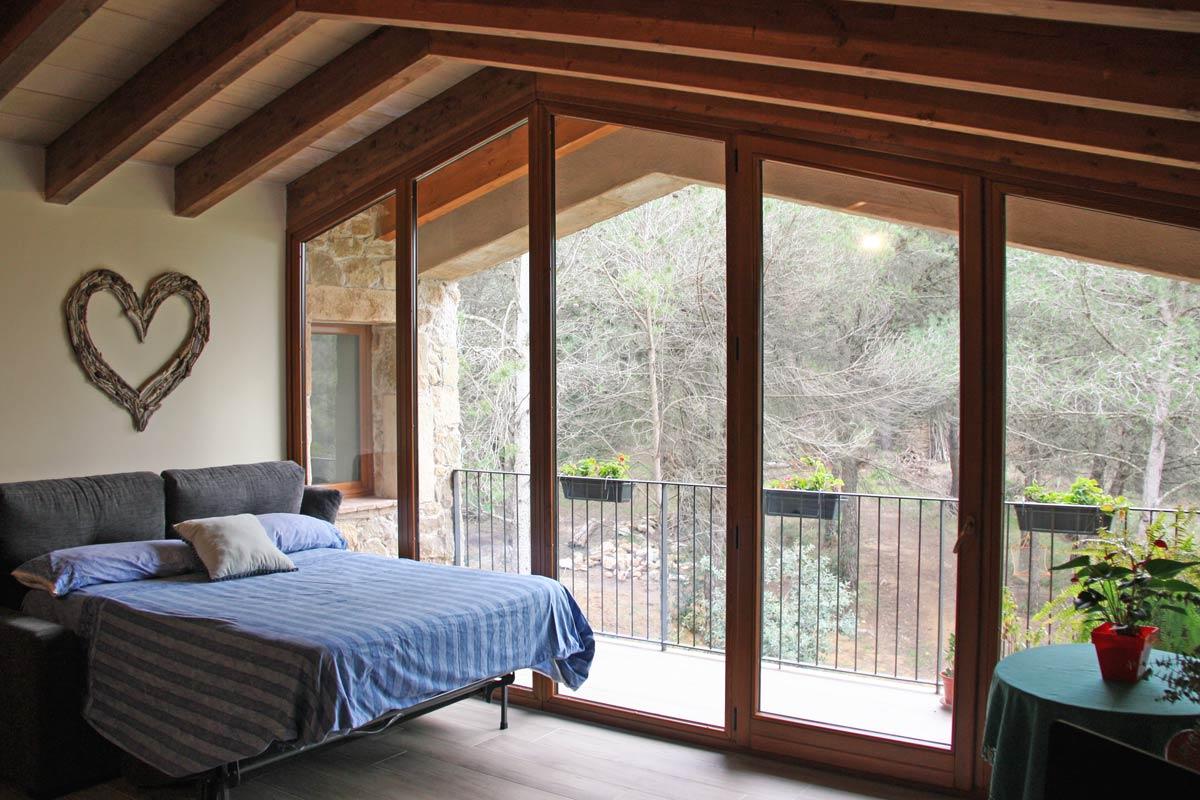 ventana de madera rústica con postigos y aislamiento térmico en Vilademuls, Girona- ventana Silva 68-