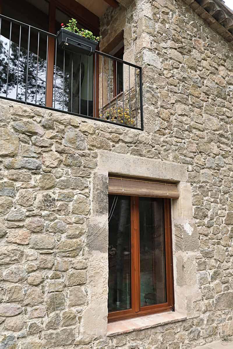 finestres de fusta amb gran transmitància tèrmica i aïllament acústic a Girona fabricades per Carreté Finestres -Vilademuls