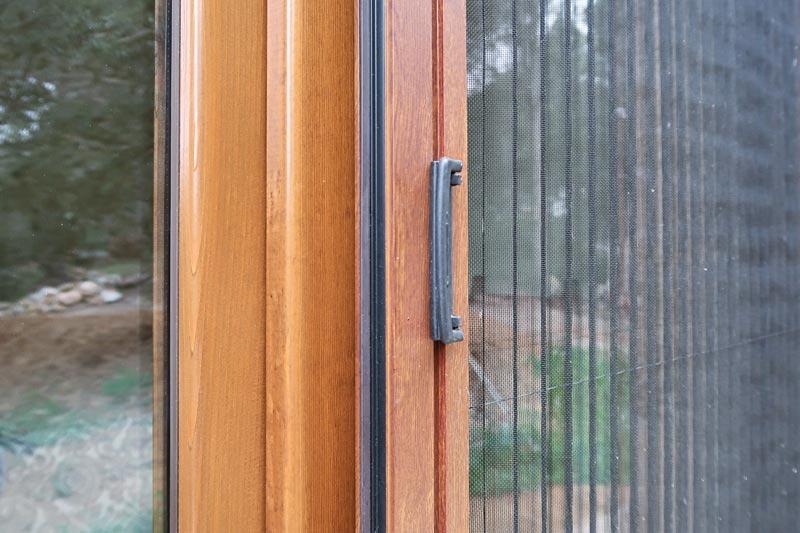 finestres de fusta rústiques amb tancament hermètic aïllament acústic a Girona fabricades per Carreté Finestres -silva 68