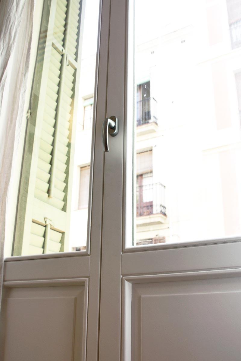 Reforma de ventanas de madera antigua en Barcelona balconera