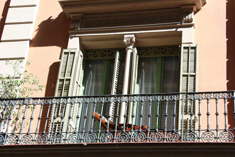 Renovamos las ventanas de madera antiguas de una vivienda en Barcelona con nuevas balconeras de la serie Silva 68 de Carreté Finestres-diseño a medida
