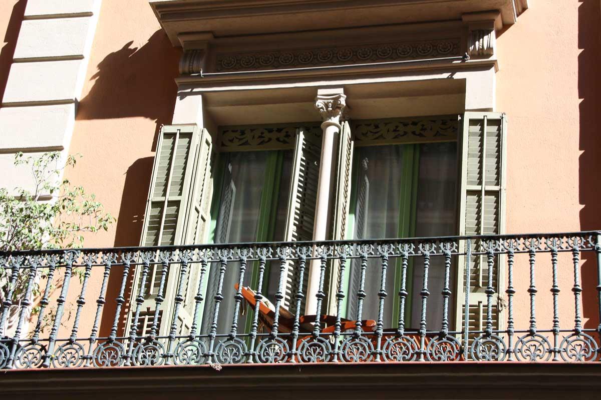 Renovem les finestres de fusta antigues d'un habitatge a Barcelona amb noves balconeres de la sèrie Silva 68 de Carreté Finestres-disseny a mida