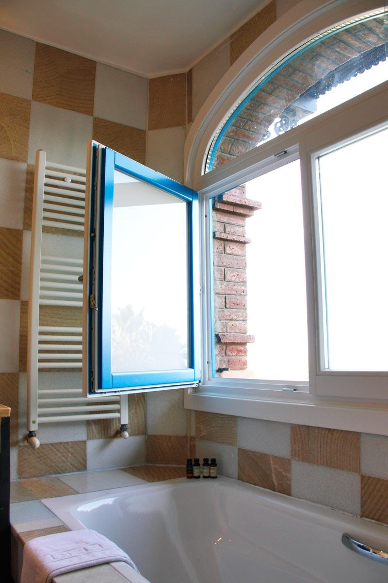 finestres de fusta de pi perfil europeu color personalitzat original Hotel Mas Passamaner-disseny arc europeu