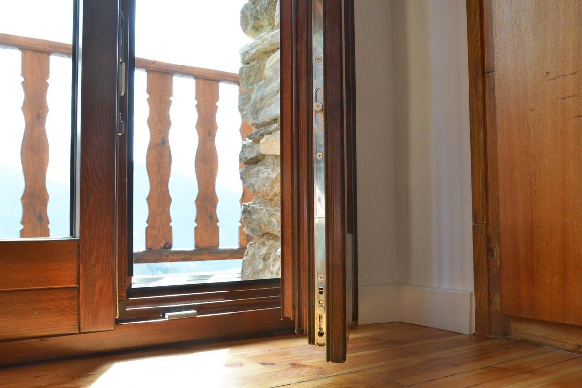 ventanas mixtas de madera y aluminio y carpintería con aislamiento térmico fabricadas por Carreté Finestres en Queralbs Cataluña- Ripollès -balcón