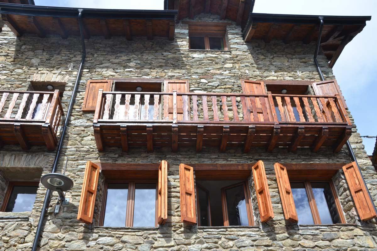 ventanas mixtas de madera y aluminio practicable oscilobatiente casa rural con cierres de madera de pino natural en Queralbs Cataluña