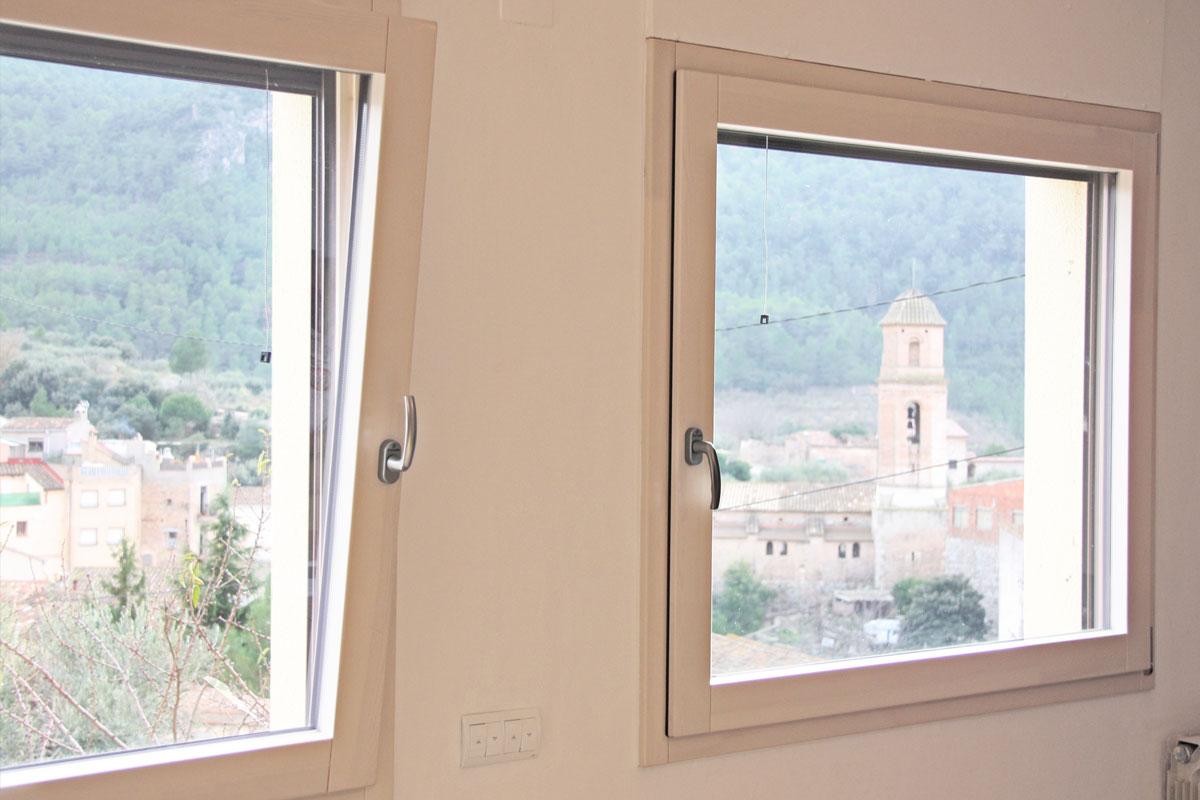 ventanas mixtas de aluminio y madera en Priorat ventanas fabricadas por la fábrica de ventanas y cerramientos Carreté Finestres