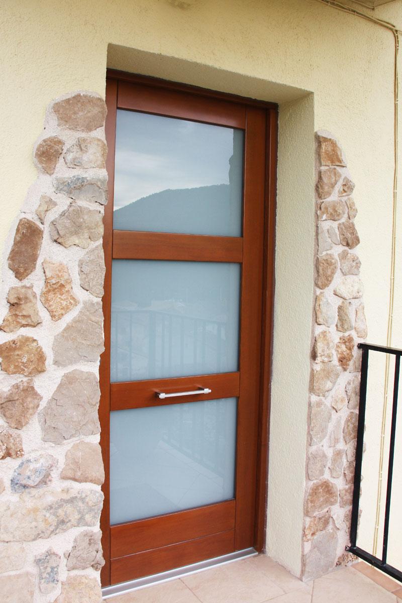 reforma ventanas mixtas de aluminio y madera en Priorat Carreté Finestres- cierres alta transmitancia -puerta seguridad