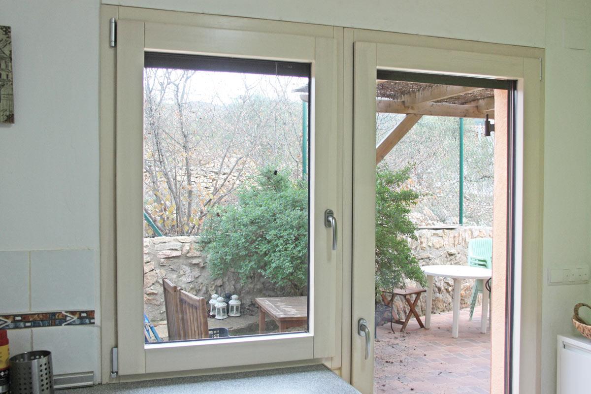 reforma ventanas mixtas de aluminio y madera en Priorat Carreté Finestres- cierres alta transmitancia -mosquitera puerta exterior