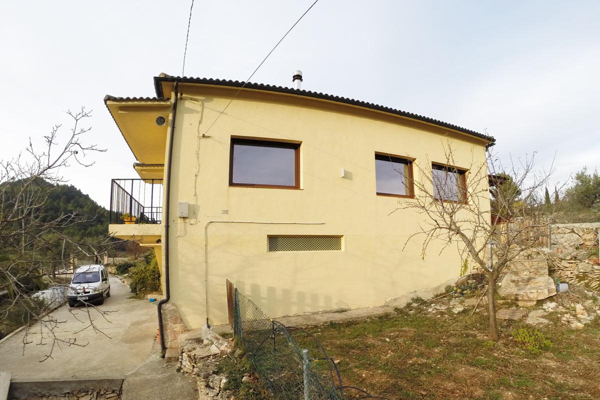 ventanas mixtas de aluminio y madera en Priorat-la-Torre-de-Fontaubella-Serra-de-Llaberia casa