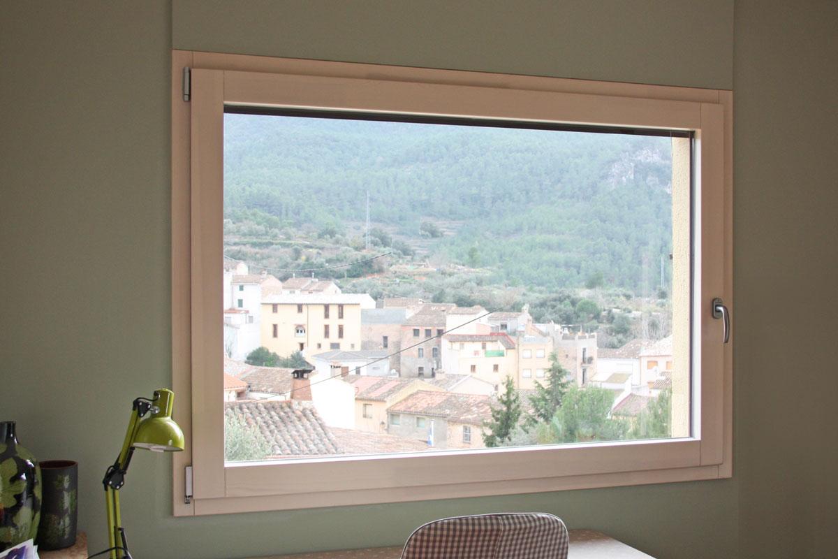 ventanas mixtas de aluminio y madera en Priorat ventanas fabricadas por la fábrica de ventanas y cerramientos Carreté Finestres-ventanal a medida
