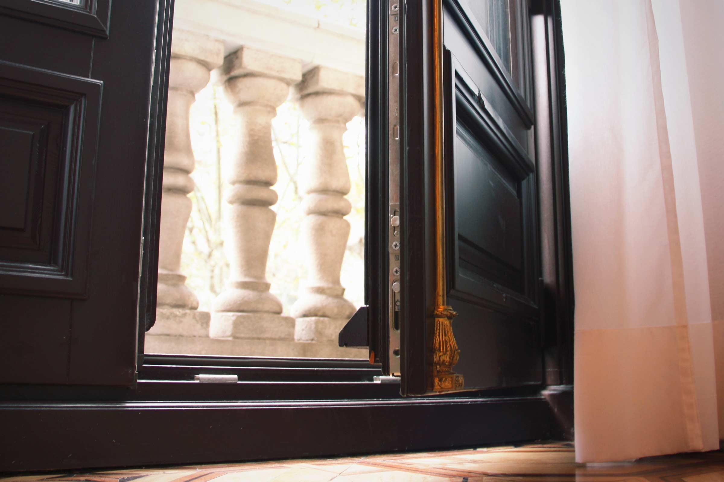 ventanas de madera para balconera con aislamiento acústico adaptado en el Hotel Cotton House Hotel Barcelona