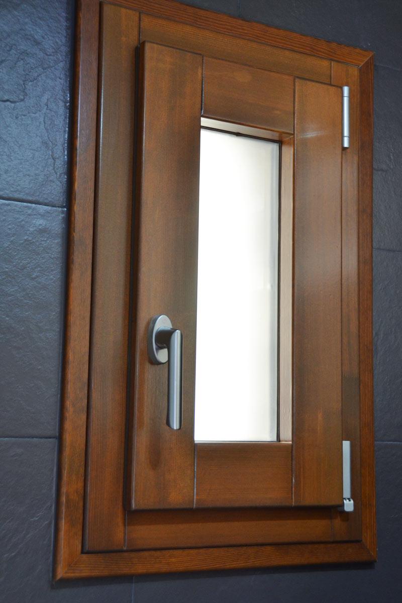 ventanas mixtas de madera y aluminio y carpintería con aislamiento térmico fabricadas por Carreté Finestres en Queralbs Cataluña- Ripollès -baño