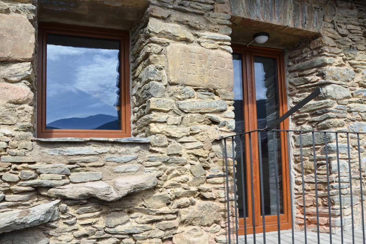 ventanas mixtas de madera y aluminio aislamiento térmico casa rural con cierres de madera de pino natural en Queralbs Cataluña