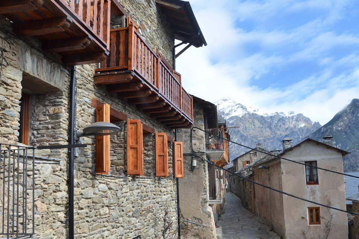 ventanas mixtas de madera y aluminio aislamiento térmico casa rural con cierres de madera de pino natural en Queralbs Cataluña- Ripollès