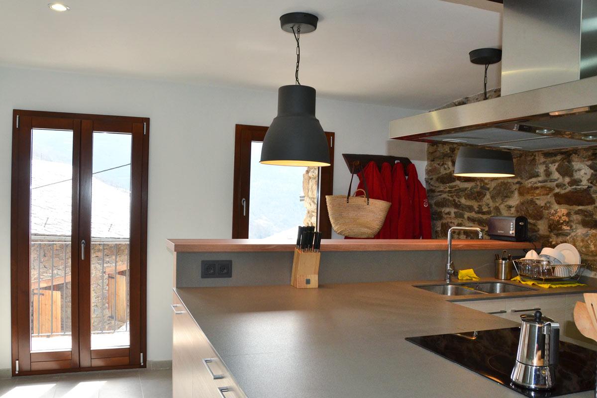 ventanas mixtas de madera y aluminio practicable oscilobatiente casa rural con cocina de madera de pino natural en Queralbs