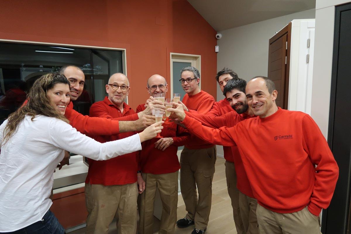 jubilació fuster amb experiència fusteria Carreté Finestres, la Selva del Camp-celebració cava i pastís