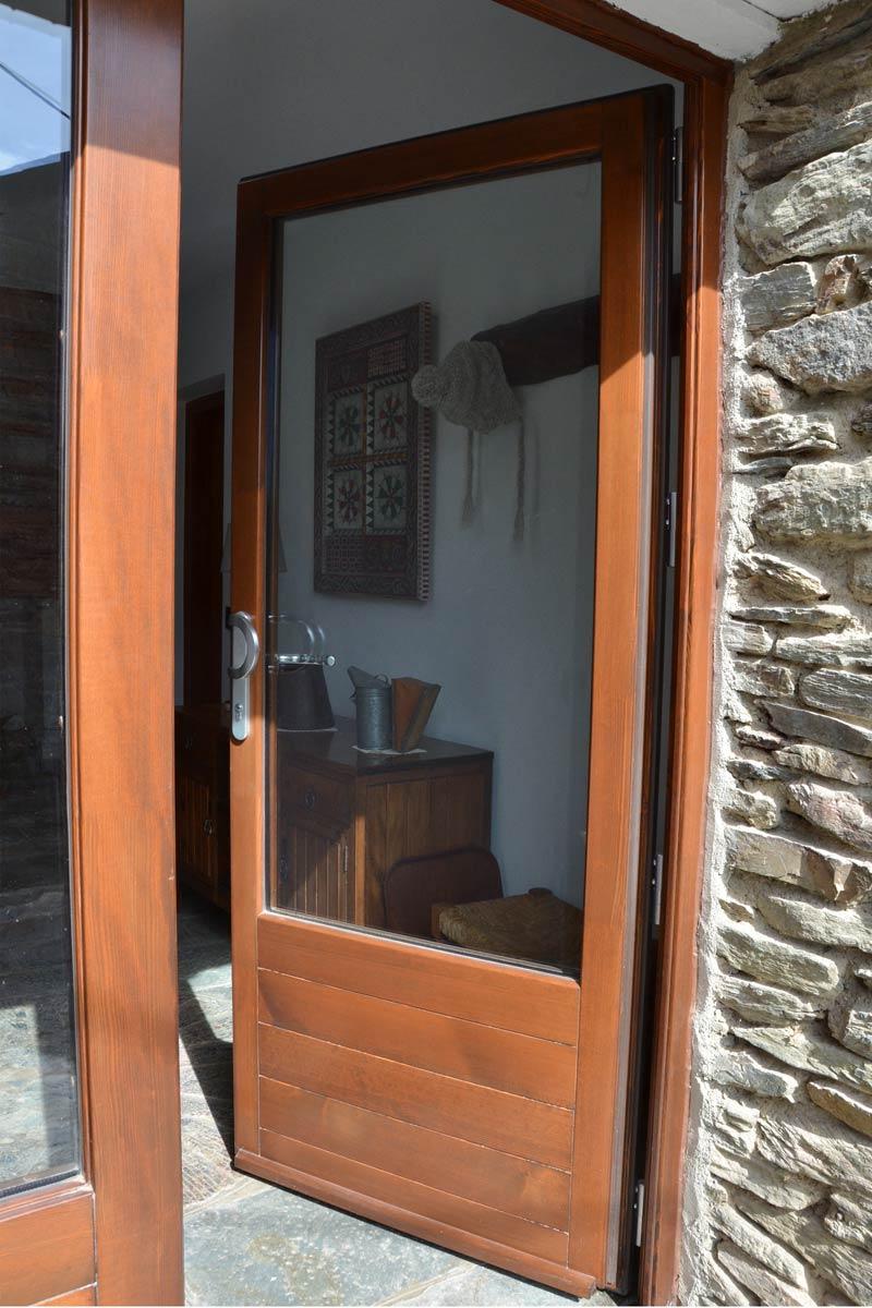 ventanas mixtas de madera y aluminio aislamiento térmico fabricadas por Carreté Finestres en Queralbs Cataluña- Ripollès puerta de entrada