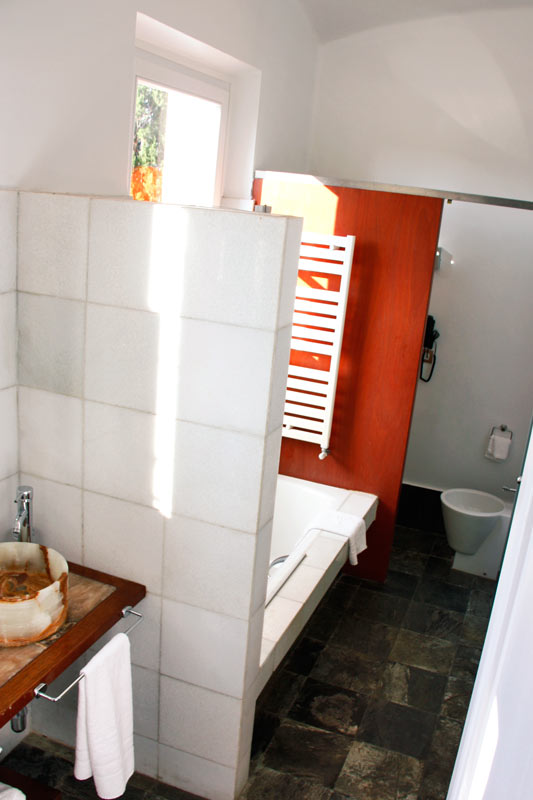 ventanas de madera de pino aislamiento térmico y acústico Hotel Mas Passamaner-baño rural