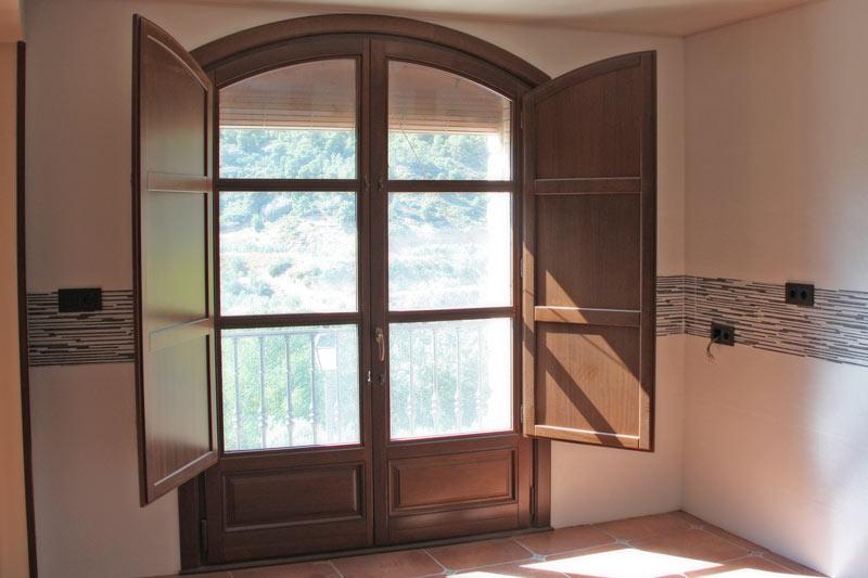 reforma finestres de fusta d'Iroko Priorat finestrals de fusta a mida projecte arquitecte