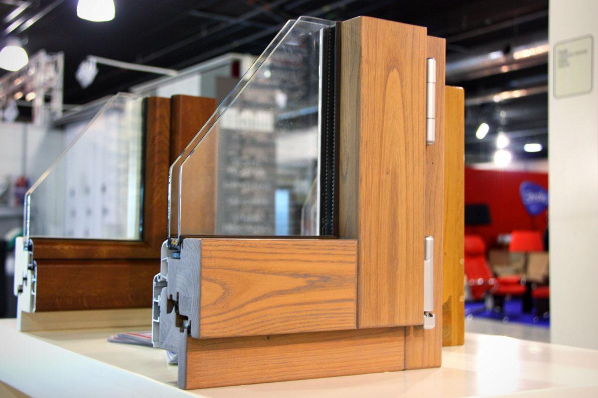 exposición ventanas mixtas de madera y aluminio catálogo fabrica de ventanas y cerramientos Carreté Finestres en ExproReus-castaño iroko pino mate barniz