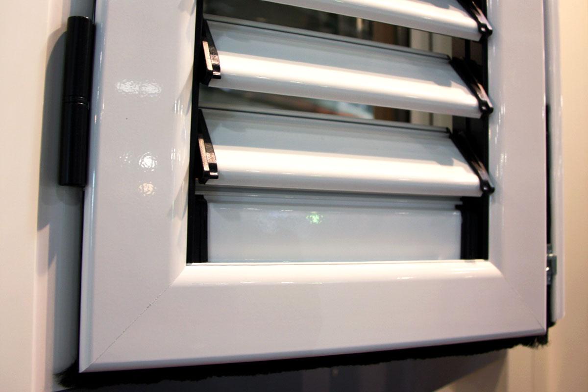 exposición ventanas mixtas de madera y aluminio catálogo fabrica de ventanas y cerramientos Carreté Finestres en ExproReus-persiana mallorquina
