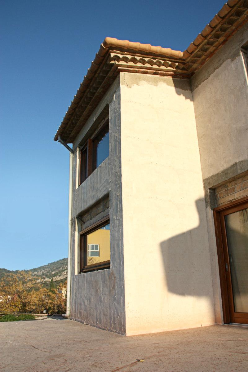 finestres de fusta fabricades per casa sostenible i ecològica a Montmell per Carreté Finestres fabrica de finestres-finestres hermètiques