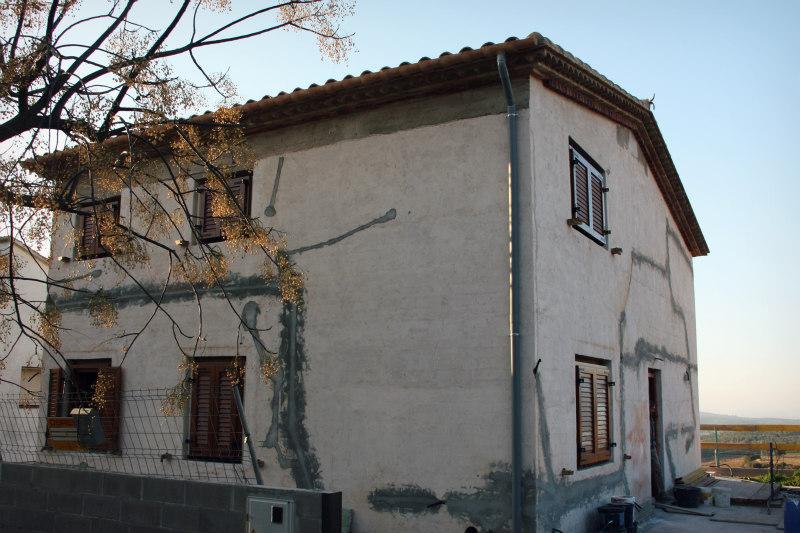tancaments i finestres de fusta casa ecològica a Montmell per Carreté Finestres fabrica de finestres a mesura