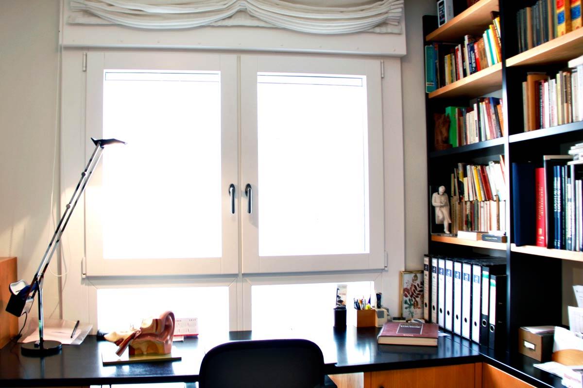 ventana de madera y aluminio oscilobatiente y cierres de balcones y terrasas en despachos y oficinas Reus