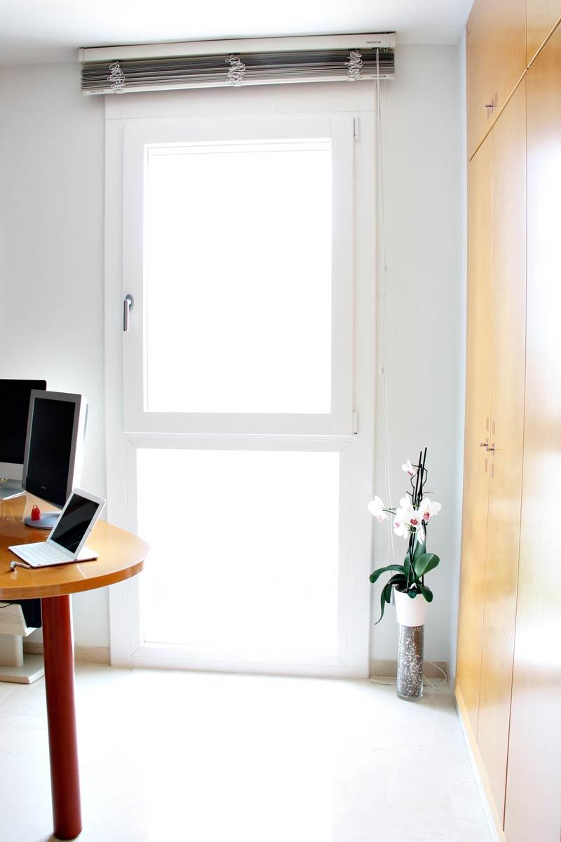 ventana de madera y aluminio oscilobatiente y cierres en Reus-estudio