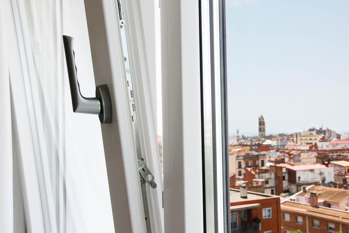ventana de madera y aluminio oscilobatiente y cierres en Reus- ventanas elevables