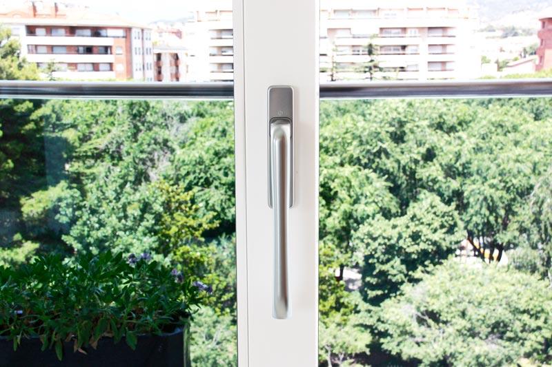 ventana de aluminio y madera ecológica con cierre hermético en Reus