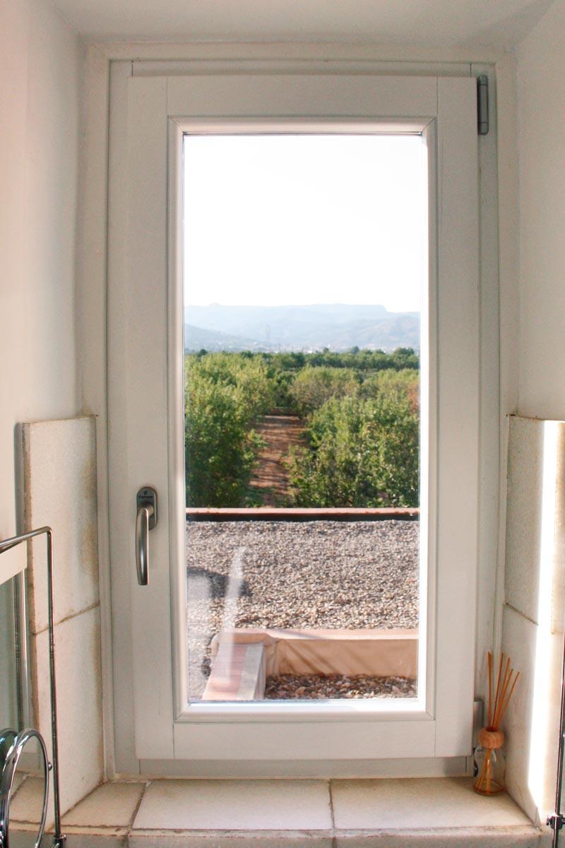 ventanas de madera de pino ecológica sostenible con aislamiento térmico y acústico Hotel Mas Passamaner-exterior