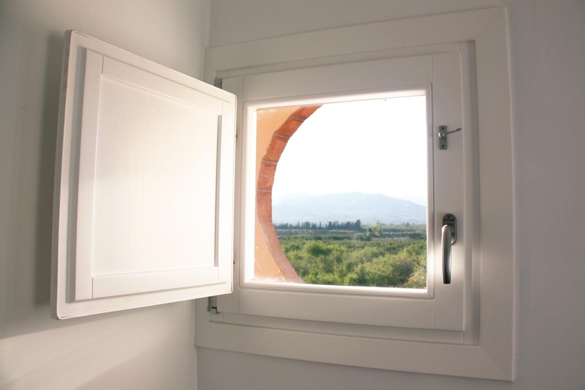finestra de fusta Hotel Mas Passamaner fabricades per Carreté Finestres fabrica de finestres a La Selva del Camp- finestró interior