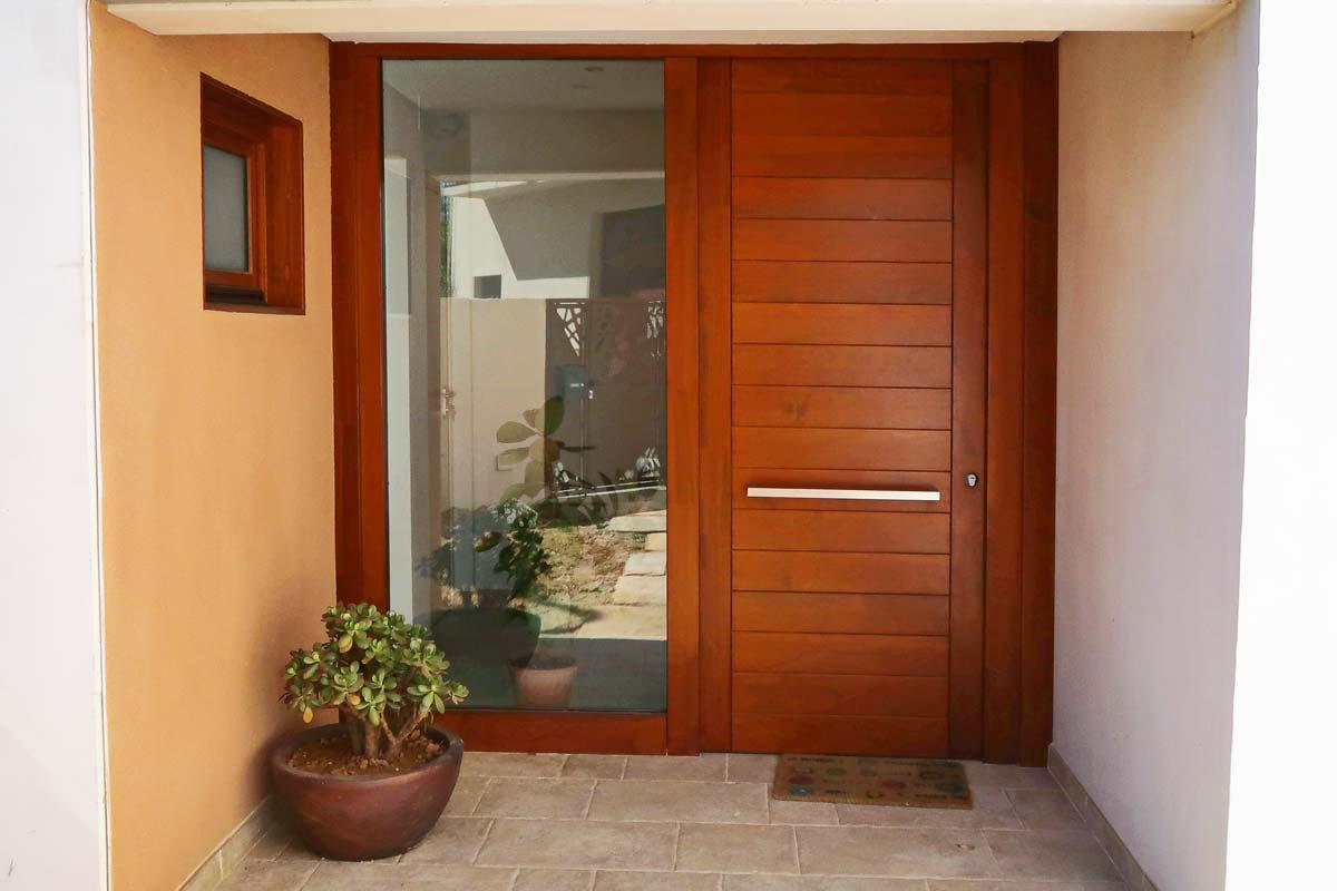 puerta de madera maciza exterior y ventanas de madera fabricadas por Carreté Finestres- Santa Coloma de Queralt