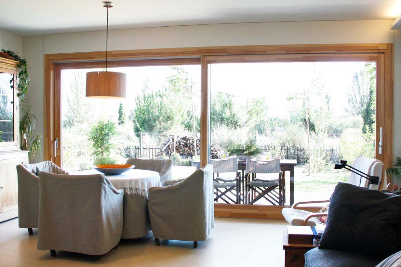 ventanas de madera modelo silva 68 fabricadas con madera natural de pino. grandes ventanales de madera a medida con aislamiento térmico y acústico