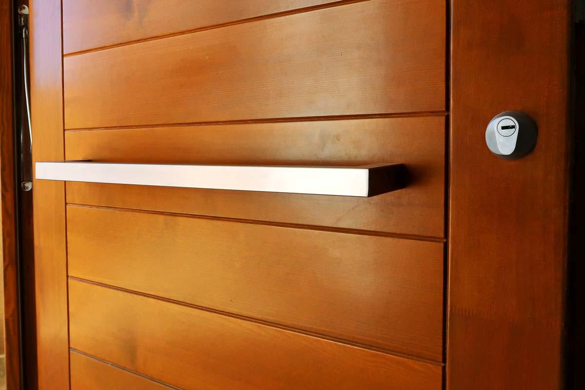puerta de madera exterior con diseño vanguardista y ventanas de madera fabricadas por Carreté Finestres - Santa Coloma de Queralt