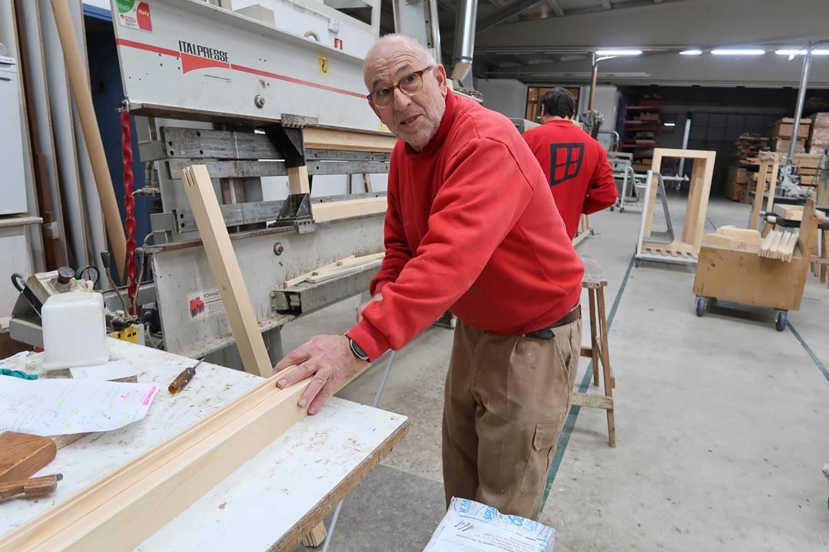 jubilació d'uns dels fuster amb mes experiència de Carreté Finetres-process fabricació finestres i tancaments