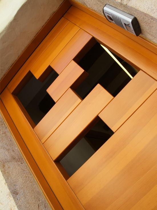 porta de fusta disseny Tetris fabricada per la fusteria Carreté Finestres, La Selva del Camp