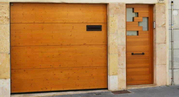 Puerta de entrada de madera de pino en la Canonja