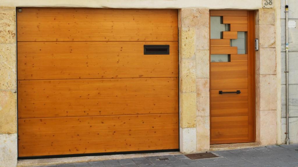 puerta de madera diseño Tetris fabricada por la carpintería Carreté Finestres, La Selva del Camp