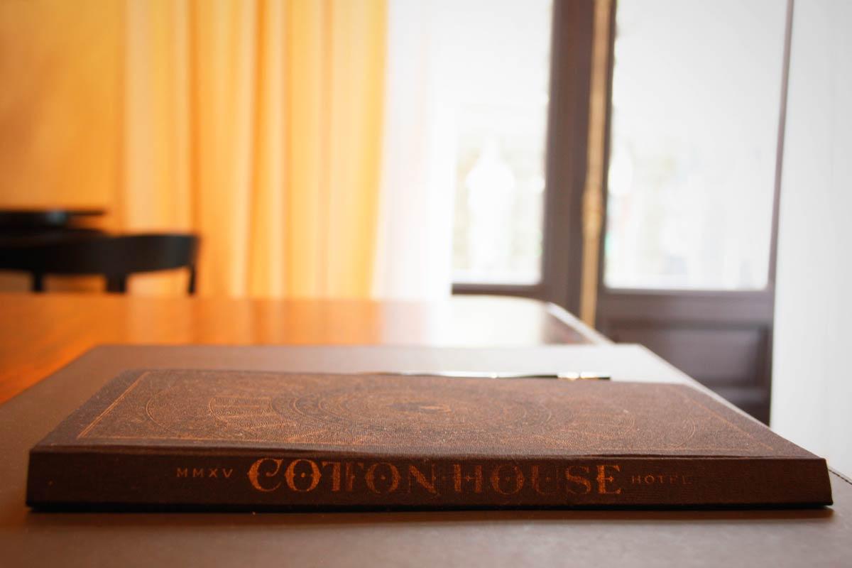 ventana de madera en el Hotel Cotton House Hotel Barcelona-habitación lujo suite Damasco ventanas con diseño personalizado