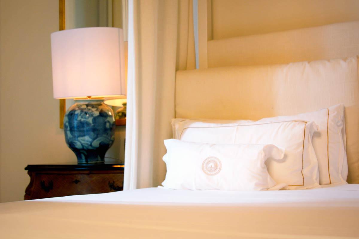 ventana de madera en el Hotel Cotton House Hotel Barcelona-habitación lujo suite Damasco