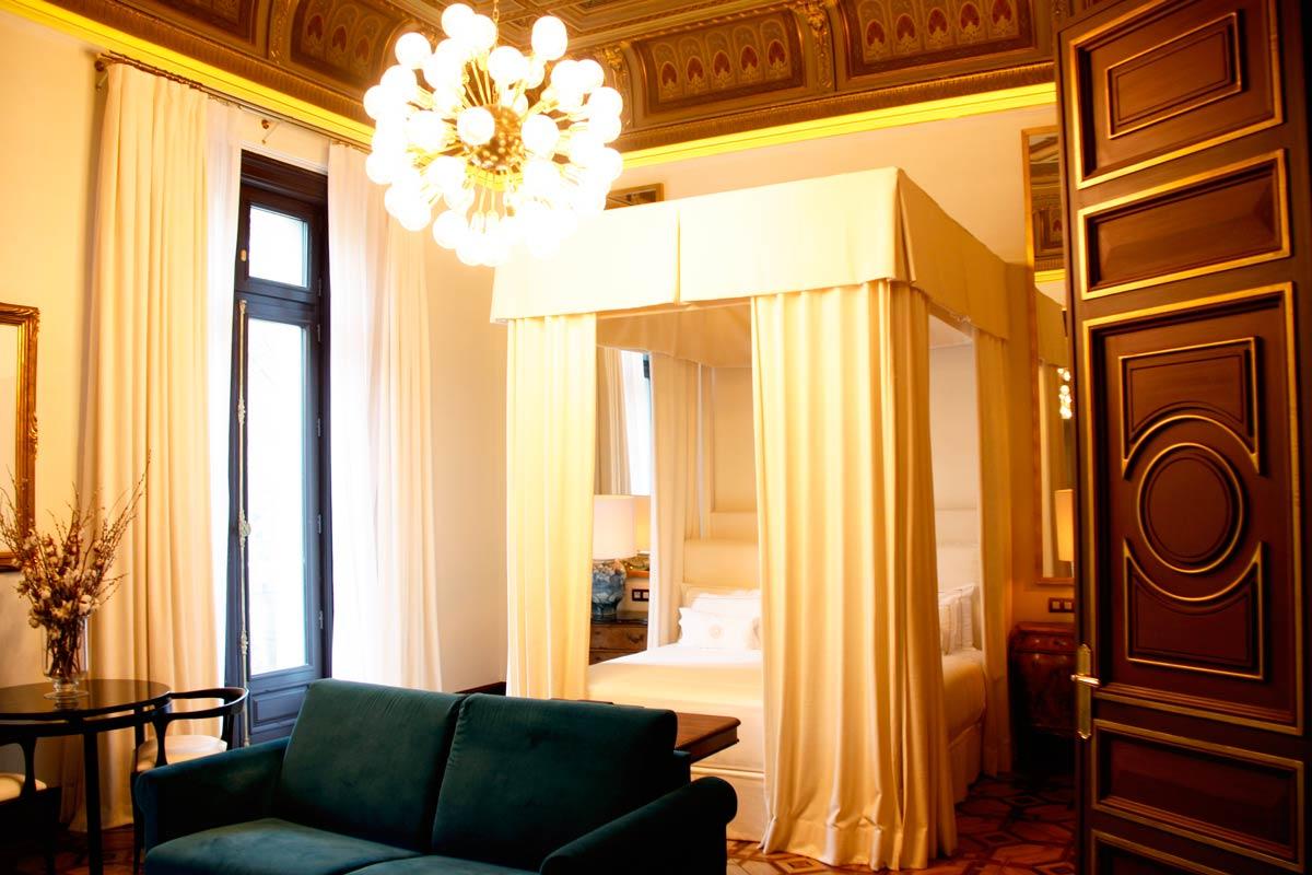ventanas de madera en el Hotel Cotton House Hotel Barcelona-habitación lujo ventanas rústicas a medida