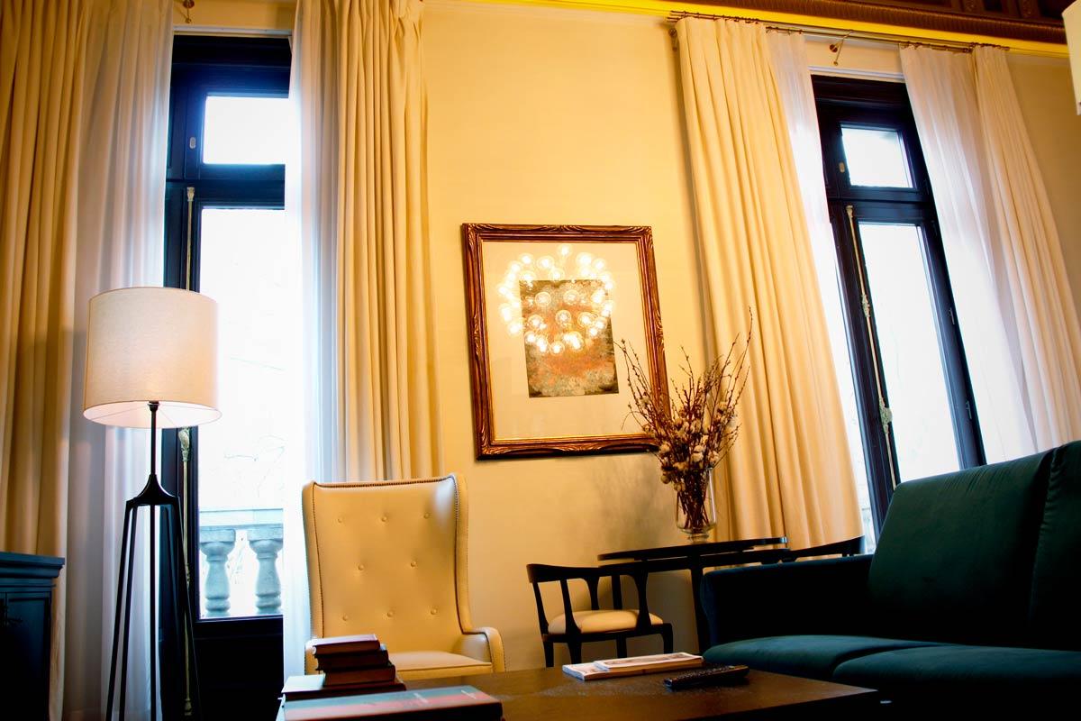 ventanas de madera en el Hotel Cotton House Hotel Barcelona-habitación lujo Suite Damasco