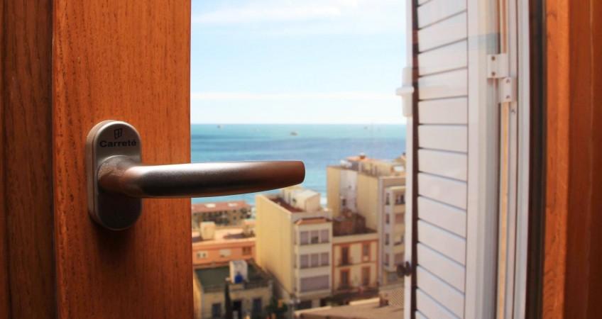 ventanas mixtas de aluminio y madera piso Tarragona -reforma Carreté Finestres -persianas aluminio